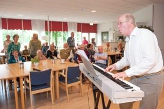 Ronald Visser zingt in verzorgingshuizen